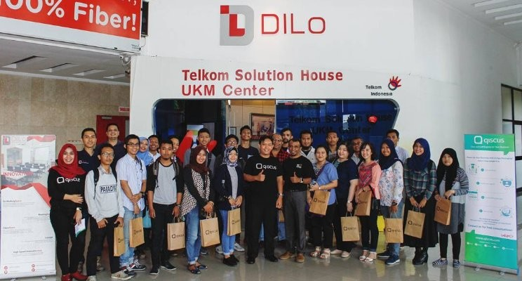 All participants and the speakers in front of DILo Surabaya. Pictures by Qiscus